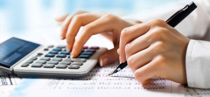 Calculando-com-uma-calculadora.jpg
