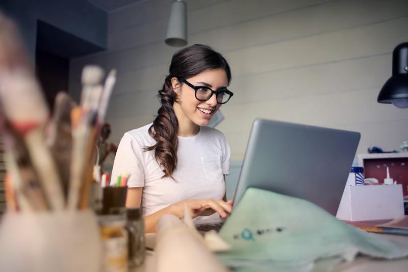 melhor-curso-de-ingles-online-mulher-estudando