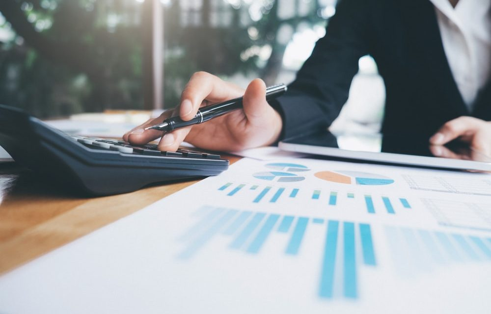 Qual a função de um administrador no setor financeiro em uma empresa?